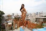 Musa do Povão posa sensual em comunidade carioca - Cartão de ...